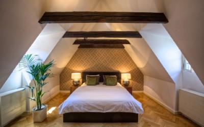 Poholná postel v ložnici