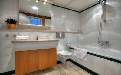 Hlavní koupelna s vanou