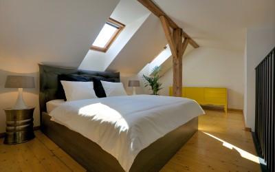Podkrovní loftová ložnice se střešními okny