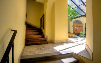 Лестница здания U Kapra