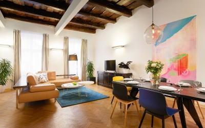Obývací prostor s jídelním stolem