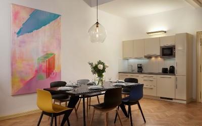 Plně vybavená kuchyňská linka a jídelní stůl
