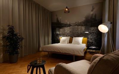 Вторая спальня со стеклянными стенами