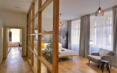 Ložnice a chodba druhé části apartmánu