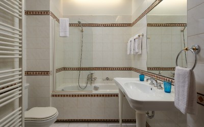 Full Tile Bathroom with Bathtub