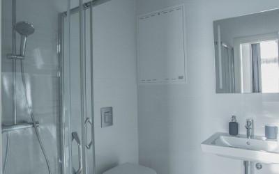 Koupelna apartmánu Gladiolus s mramorovými dlaždičkami