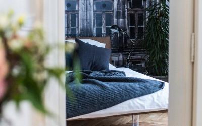 Первая спальня с дизайнерскими обоями