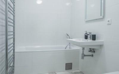 Bathroom w/ Bathtub, Toilet