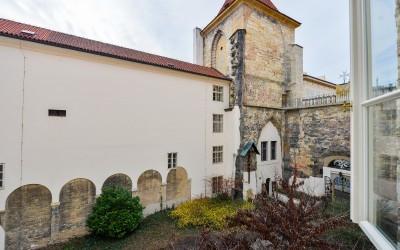 Вид из апартамента на церковь Девы Марии под цепью