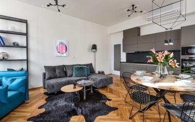 Obývací pokoj s kuchyňskou linkou apartmánu Sapphirine