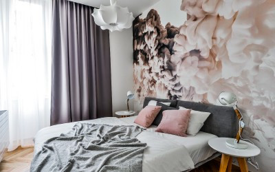 Útulná ložnice se stylovou tapetou