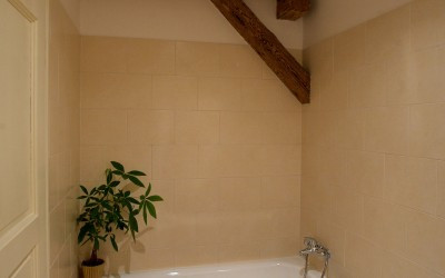 Tile Bathroom w/ Bathtub
