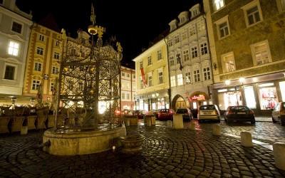 Malé náměstí a Apartmány U Kapra v noci