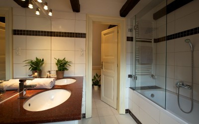 Full Bathroom with Bathtub